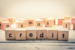 Fassen Sie ` Kredit ` hölzernes Kubik auf dem Holz ab Lizenzfreies Stockfoto
