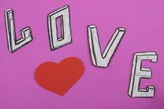 Fassen Sie Liebe auf rosa Hintergrundhintergrund mit Herzen und Verlobungsringen ab lizenzfreies stockbild