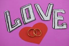 Fassen Sie Liebe auf rosa Hintergrundhintergrund mit Herzen und Verlobungsringen ab stockbilder