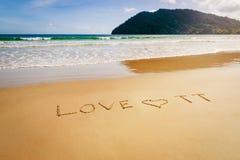 Fassen Sie Liebe TT Trinidad und Tobago ab, das auf den Strandsand in Maracas-Bucht-Strand geschrieben wird Stockbilder