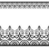 Fassen Sie Musterelemente mit Blumen und die Spitzelinien in indischer mehndi Art lokalisiert auf weißem Hintergrund ein Stockfoto