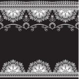 Fassen Sie Musterelemente mit Blumen und Spitzelinien in indischer mehndi Art für Karte und in der Tätowierung, die auf schwarzem Stockfotografie