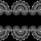 Fassen Sie nahtlose Musterelemente mit Blumenspitze in indischer mehndi Art auf schwarzem Hintergrund ein Stockfotografie