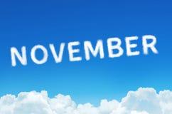 Fassen Sie November ab, der vom Wolkendampf auf Hintergrund des blauen Himmels gemacht wird Monatsplanung, Zeitplankonzept Stockfotos