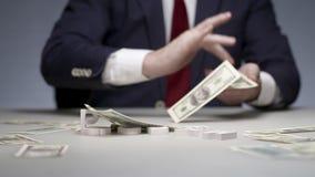 Fassen Sie Problem von den Buchstaben auf Hintergrundmann-Handvernunftwidrigem Ausgabengeld ab stock video