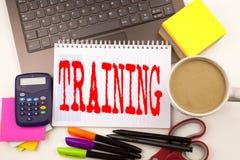 Fassen Sie Schreiben Training im Büro mit Laptop, Markierung, Stift, Briefpapier, Kaffee ab Geschäftskonzept für Bildungs-Textwis Lizenzfreie Stockbilder