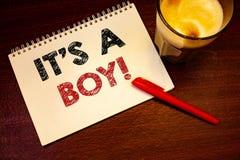Fassen Sie Schreibenstext es S ein Jungen-Motivanruf ab Geschäftskonzept für männliches Baby ist kommendes Geschlecht aufdecken C lizenzfreies stockfoto