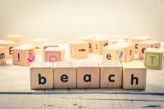 Fassen Sie ` Strand ` hölzernes Kubik auf dem Holz ab Stockfoto