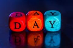Fassen Sie ` Tag-` der farbigen hölzernen Würfel ab Lizenzfreie Stockfotos