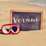 Fassen Sie verano, Sommer auf spanisch, in einer Tafel auf dem Strand ab stockfotos