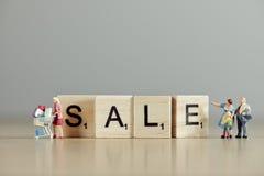 Fassen Sie ` Verkauf ` ab, das mit hölzernen Fliesen formuliert wird Stockfotos