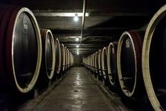 Fassreihen in einer Weinkellerei Stockfotos