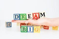 """Fasst """"dream big† ab, das mit hölzernen Buchstabewürfeln buchstabiert wird Lizenzfreies Stockbild"""