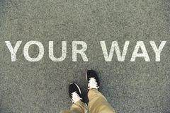 Fasst ` Ihr Weise ` ab, das auf eine Asphaltstraße geschrieben wird Draufsicht der Beine und der Schuhe POV Stockfotografie