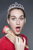 Fassungsloses Mädchen der Schönheit 20s mit der Tellerbürste in der Hand, die am Müssen zu Hause sich waschen und säubern entsetz Lizenzfreies Stockfoto
