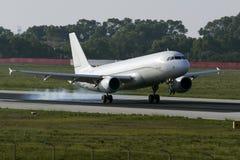 Fast alle weiße Landung A320 Stockfoto