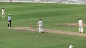 Fast bowler en un partido del grillo de grado de Sydney metrajes