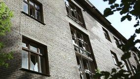 Fast eingestürzter und ruinierter Häuserblock Halb-ruinierte Gebäude im Getto Verlassenes Geb?ude Vandalismusmuster gebrochen stock video