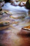 Fast flödande vatten i berget Arkivbild
