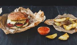 Fast food bierze oddalonego odgórnego widok Hamburger, hotdog i dłoniaki, Zdjęcia Royalty Free