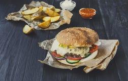 Fast food bierze oddalonego odgórnego widok Hamburger, hotdog i dłoniaki, Obrazy Stock