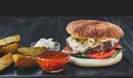 Fast food bierze oddalonego odgórnego widok Hamburger, hotdog i dłoniaki, Zdjęcie Royalty Free