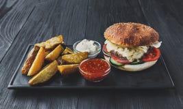 Fast food bierze oddalonego odgórnego widok Hamburger, hotdog i dłoniaki, Obrazy Royalty Free