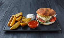 Fast food bierze oddalonego odgórnego widok Hamburger, hotdog i dłoniaki, Fotografia Royalty Free