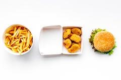 Fast food Chiken bryłki, hamburgery i francuzów dłoniaki na białego tła odgórnym widoku, zdjęcie stock