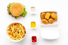 Fast food Chiken bryłki, hamburgery i francuzów dłoniaki na białego tła odgórnym widoku, fotografia royalty free