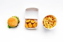 Fast food Chiken bryłki, hamburgery i francuzów dłoniaki na białego tła odgórnym widoku, obraz royalty free
