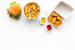 Fast food Chiken bryłki, hamburgery i francuzów dłoniaki na białej tło odgórnego widoku przestrzeni dla teksta, obraz royalty free