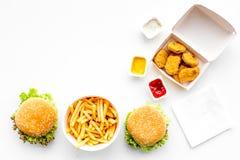 Fast food Chiken bryłki, hamburgery i francuzów dłoniaki na białej tło odgórnego widoku przestrzeni dla teksta, obraz stock