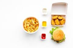 Fast food Chiken bryłki, hamburgery i francuzów dłoniaki na białej tło odgórnego widoku przestrzeni dla teksta, zdjęcie royalty free