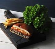 Fast food do Hamburger feito em casa na placa de madeira Fotos de Stock