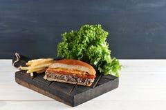 Fast food do Hamburger feito em casa na placa de madeira Imagens de Stock