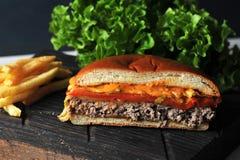 Fast food do Hamburger feito em casa na placa de madeira Imagem de Stock Royalty Free