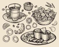 Fast food entregue o café tirado do copo, chá, salada vegetal, nachos, queque, sobremesa, croissant, anéis de cebola, tomate esbo Fotos de Stock