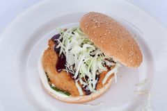 Fast food, hamburguer delicioso dos peixes, apresentado belamente em um fundo de madeira foto de stock royalty free
