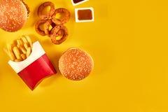 Fast food i niezdrowy łasowania pojęcie - zakończenie up fast food przekąski na żółtym tle Zdjęcie Royalty Free
