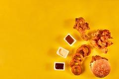 Fast food i niezdrowy łasowania pojęcie - zakończenie up fast food przekąski na żółtym tle Obrazy Royalty Free