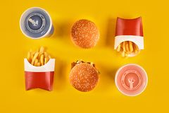 Fast food i niezdrowy łasowania pojęcie - zakończenie up fast food przekąski i zimny napój na żółtym tle Zdjęcia Royalty Free