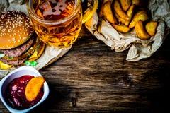 Fast food i szkło lekki piwo Miejsce dla twój teksta obraz stock