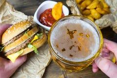 Fast food i zazębiony szkło świeży lekki piwo Zdjęcie Royalty Free