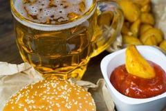 Fast food i zazębiony szkło świeży lekki piwo Zdjęcia Stock