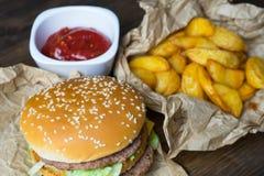 Fast food i zazębiony szkło świeży lekki piwo Fotografia Royalty Free