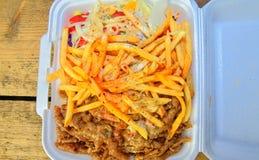 Fast food: kebabs, dłoniaki i świeża sałatka w tacy na stole, Niezdrowy karmowy pojęcie fotografia stock