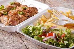 Fast food: kebabs, dłoniaki i świeża sałatka w tacy zakończeniu, Horiz Fotografia Stock