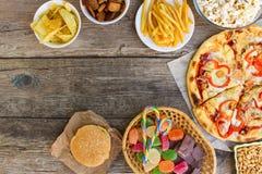 Fast food no fundo de madeira velho Conceito de comer da sucata fotos de stock