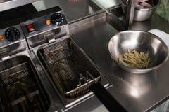 Fast food que prepara comer insalubre das batatas fritas Foto de Stock